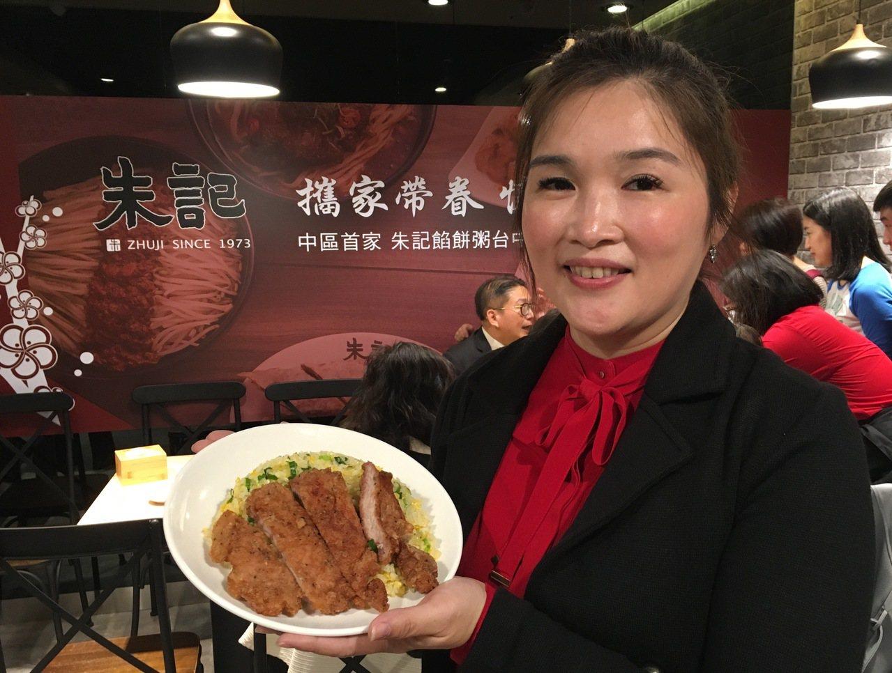 漢食尚餐飲集團總經理周雪琴主持台中店開幕。記者宋健生/攝影