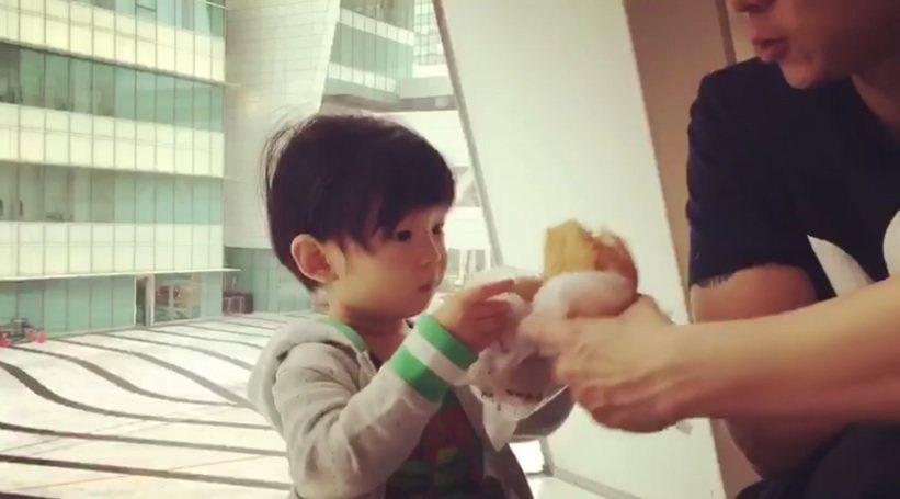 Max跟爸爸用麵包「乾杯」。圖/截圖自臉書