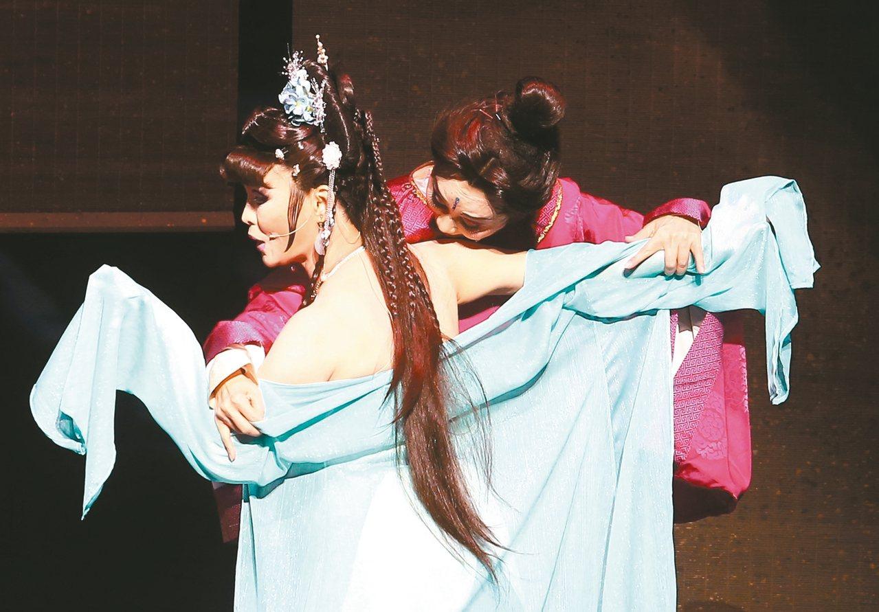 看表演明華園《龍抬頭》有段女主角鄭雅升(前)小露香肩的鏡頭。 記者杜建重/攝...