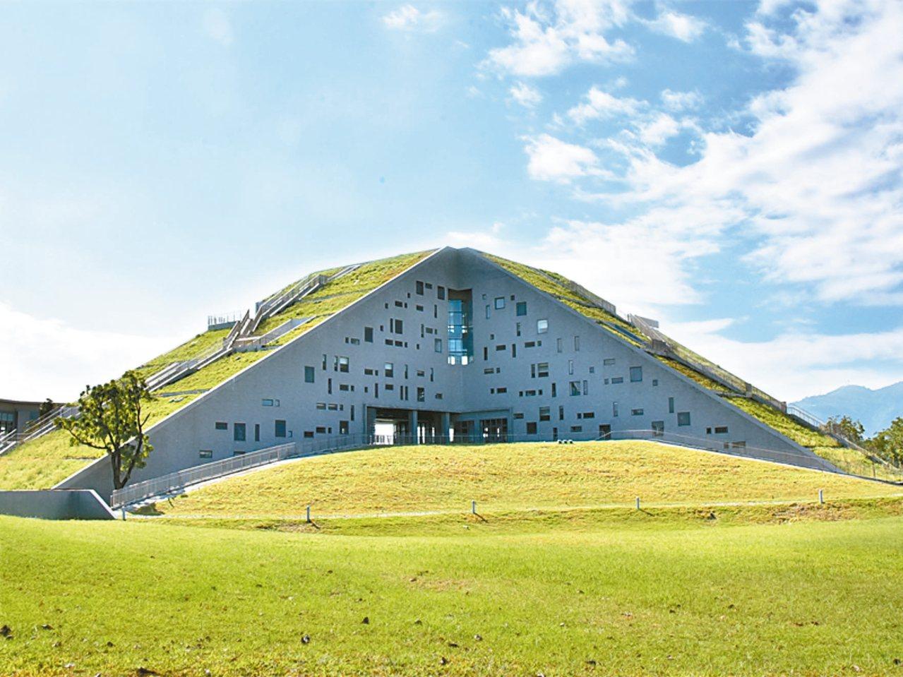台東大學圖書館融合周邊山海地景。 圖/台東大學提供