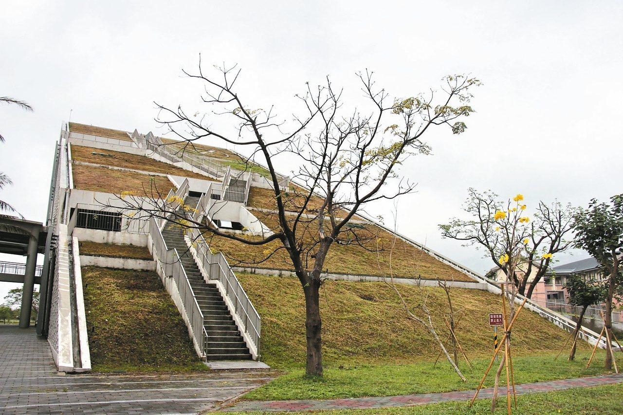 民眾可自台東大學圖書館外面的樓梯登高望遠。 記者李蕙君/攝影
