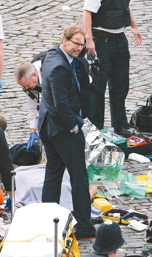 英國保守黨國會議員也是外交部次長的艾伍德奮力搶救遇刺的警官,可惜仍回天乏術。 美...