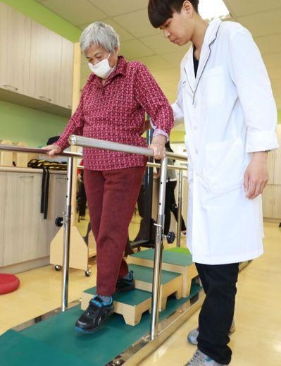 老人下樓走樓梯,每一步都有風險,醫師建議平時要多訓練肌耐力,下樓最好有人攙扶或扶...