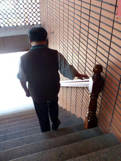 老人下樓走樓梯,每一步都有風險,醫師周希諴建議,扶扶手不但防跌,對膝蓋也有保護作...