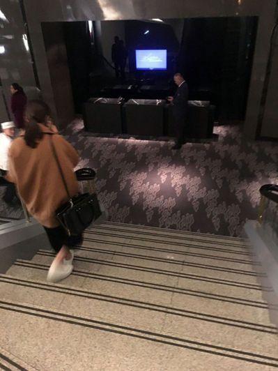 前行政院長唐飛22日從台北晶華酒店三樓晶華軒用餐後,下樓梯時摔倒在2樓樓梯間。 ...