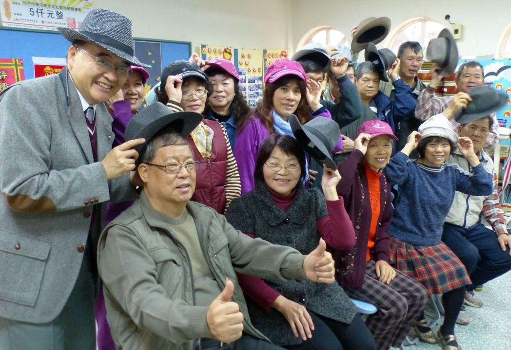 醫師周希諴(左)發起老人戴帽運動,不但保暖預防心血管疾病、防暈眩,有帽緣的帽子還...