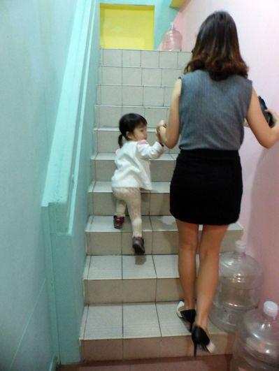 幼童上下樓梯,最好由家人牽領。 記者趙容萱/攝影