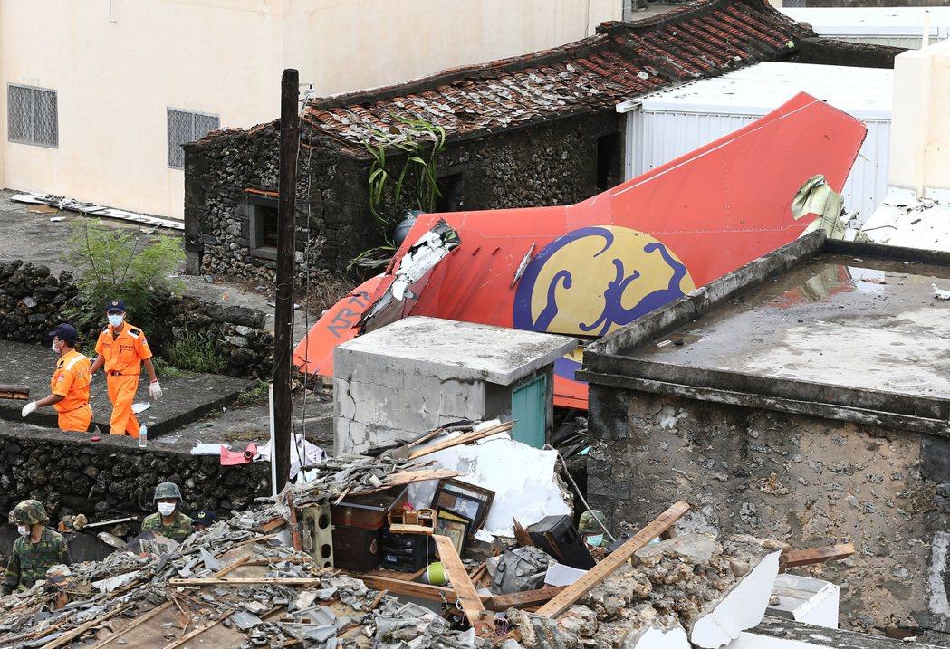 2014年7月23日因澎湖空難事件造成48人死亡,圖為機尾殘骸。 記者陳柏亨/攝...