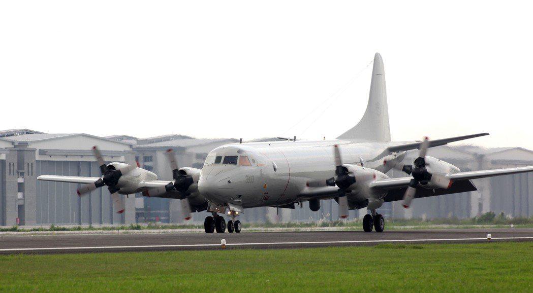 我國向美國購買的P-3C獵戶座反潛機,首架編號3303飛抵空軍屏東機場完成交機,...