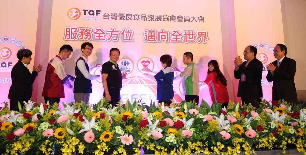 台灣優良食品發展協會理事長孫寶年(左一)、工業局代理局長呂正華(右二)、衛福部食...