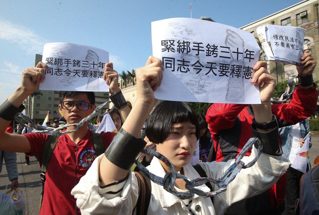 同婚釋憲,挺同學生團體高喊:「緊綁手銬三十年、同志今天要釋憲」。 記者余承翰/攝...