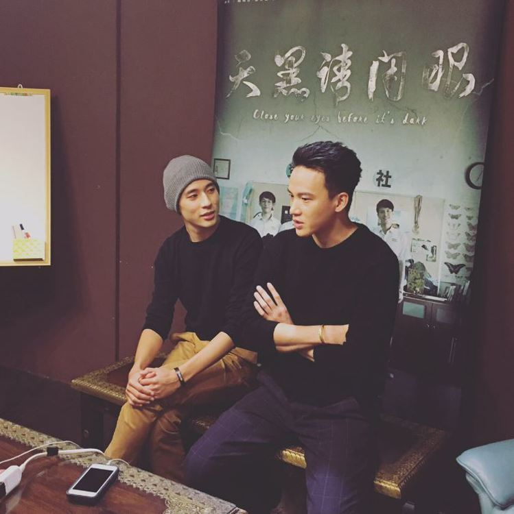 徐鈞浩(左)、曹晏豪直播中巧合穿情侶裝。圖/好風光提供