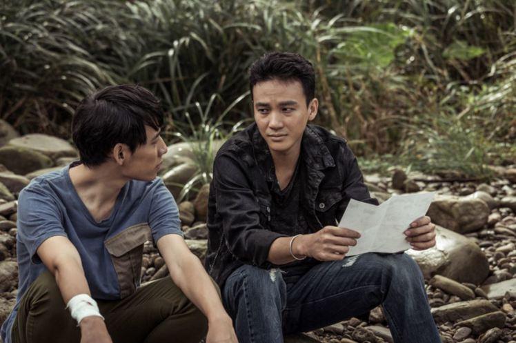 徐鈞浩(左)、曹晏豪演出「天黑請閉眼」。圖/好風光提供
