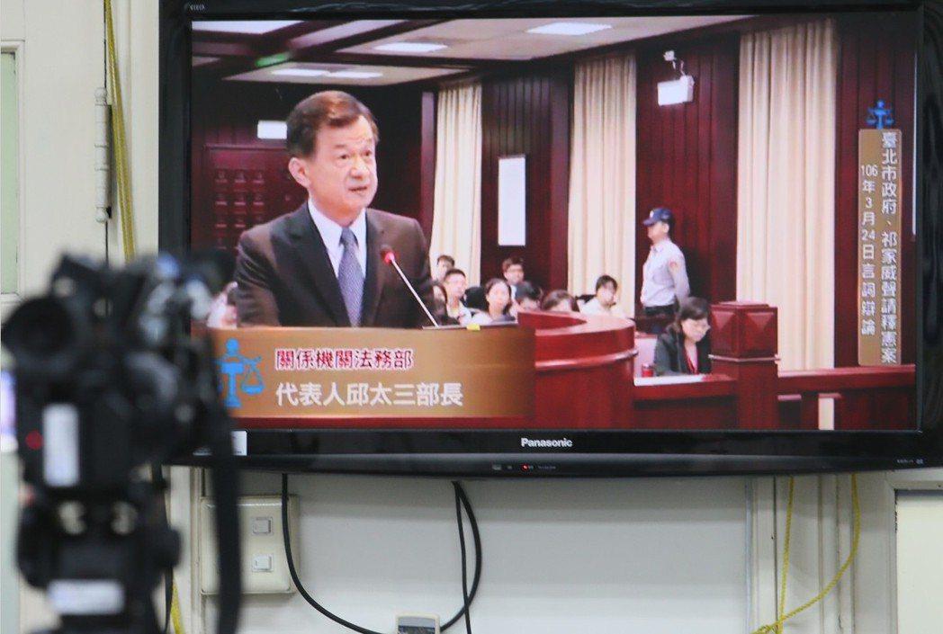 法務部長邱太三表示,若變更婚姻制度,祭祀的牌位要寫考考還是妣妣,要叫媳婦還是其他...