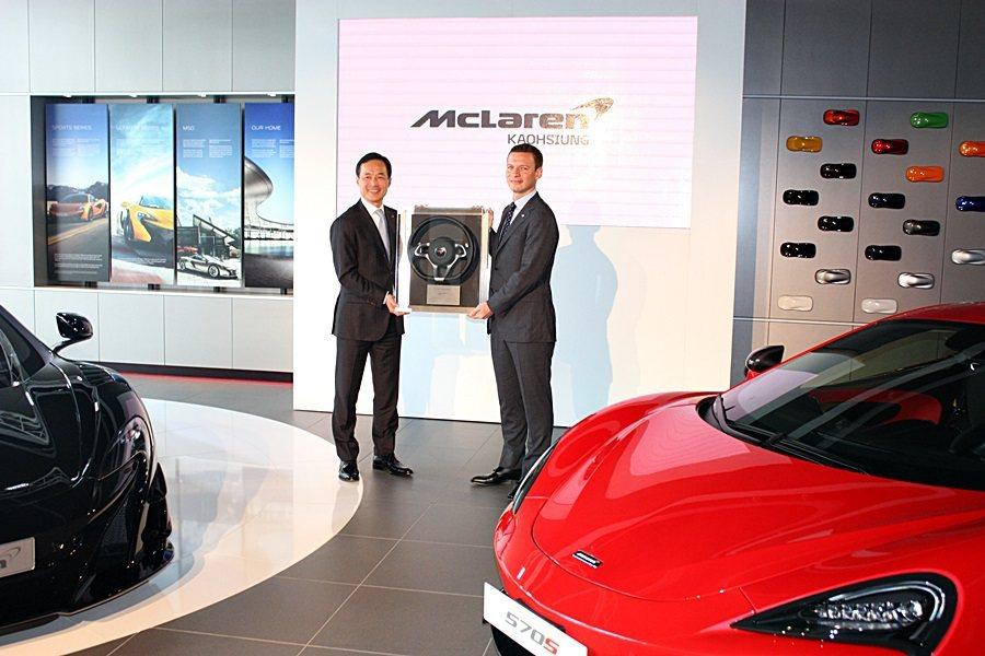 McLaren原廠致贈永三汽車開幕紀念象徵。 記者林和謙/攝影