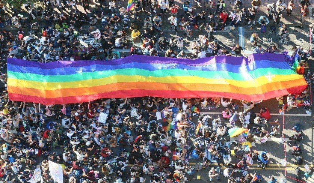 大法官會議召開憲法法庭討論同婚議題,贊成與反對同婚的團體上街頭表達心聲。 圖/報...