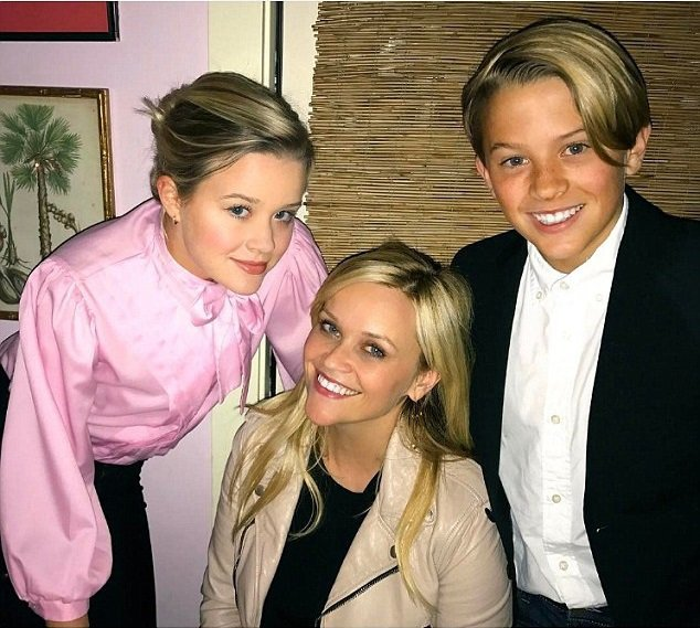 瑞絲薇絲朋(中)與女兒艾娃(左)、兒子狄肯長相如出一轍。圖/摘自Instagra