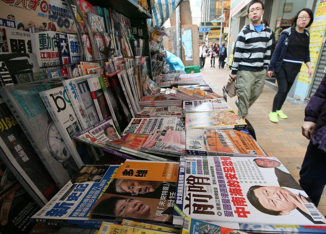 香港特首選舉將在週日舉行,兩位前朝官員對決態勢明顯,書報攤上的媒體雜誌也廣為報導...