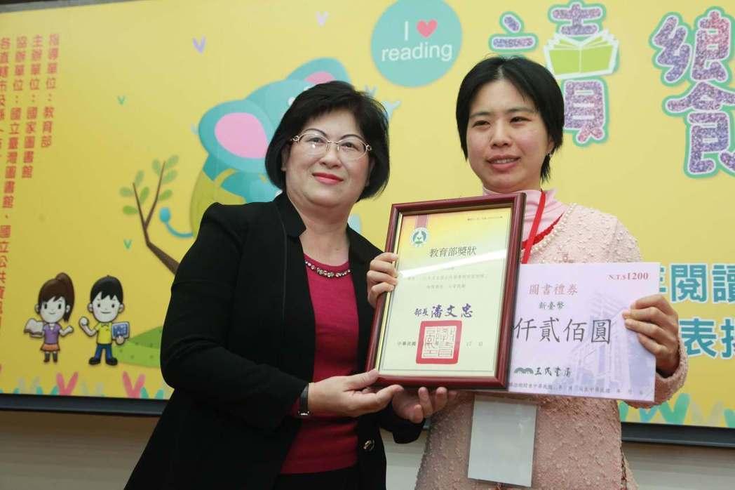 圖為借書冠軍。台北市民林佳穎(右)去年借閱7294本書,以一年365天計算,平均...