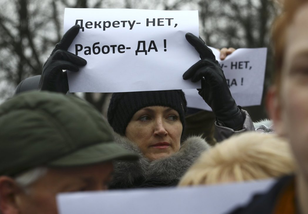 這個標語寫著「我們不要(開徵新稅的)總統令,我們要工作!」 (路透)