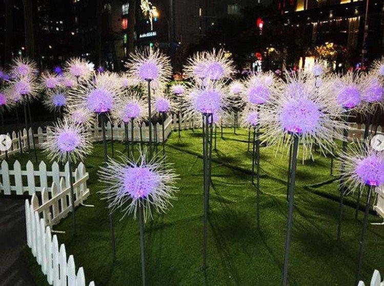 新光三越A4花圃的「春的蒲公英」,到了夜晚會漸變出四種燈光效果。圖/摘自Inst...