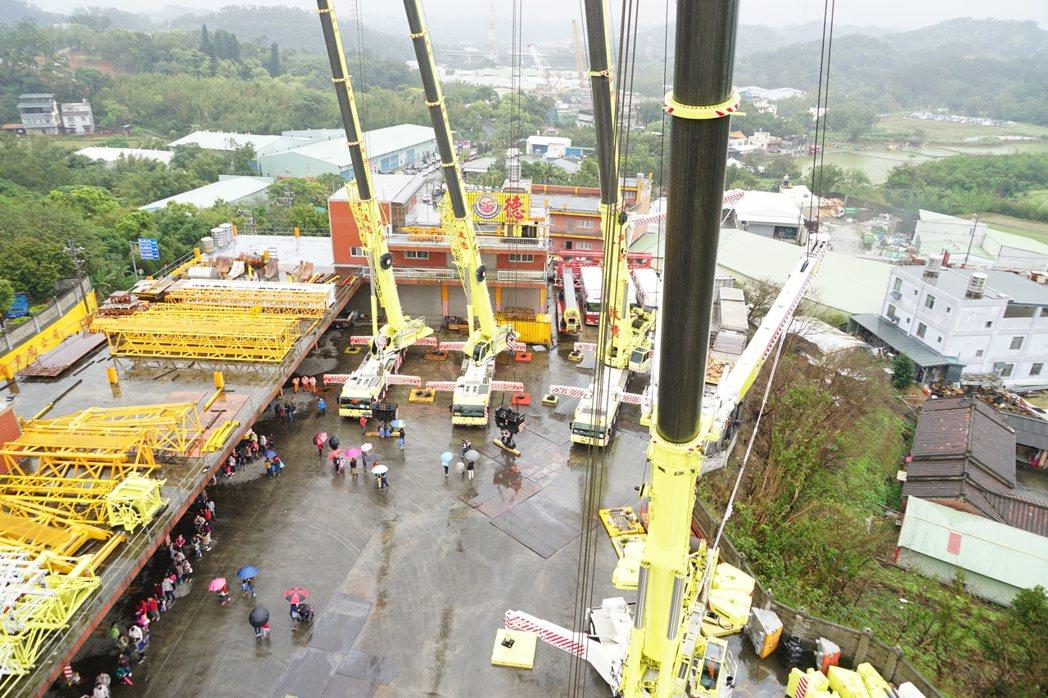 國內最大的起重吊車公司啟德機械起重工程今日舉辦吊車展。 記者陳妍霖/攝影
