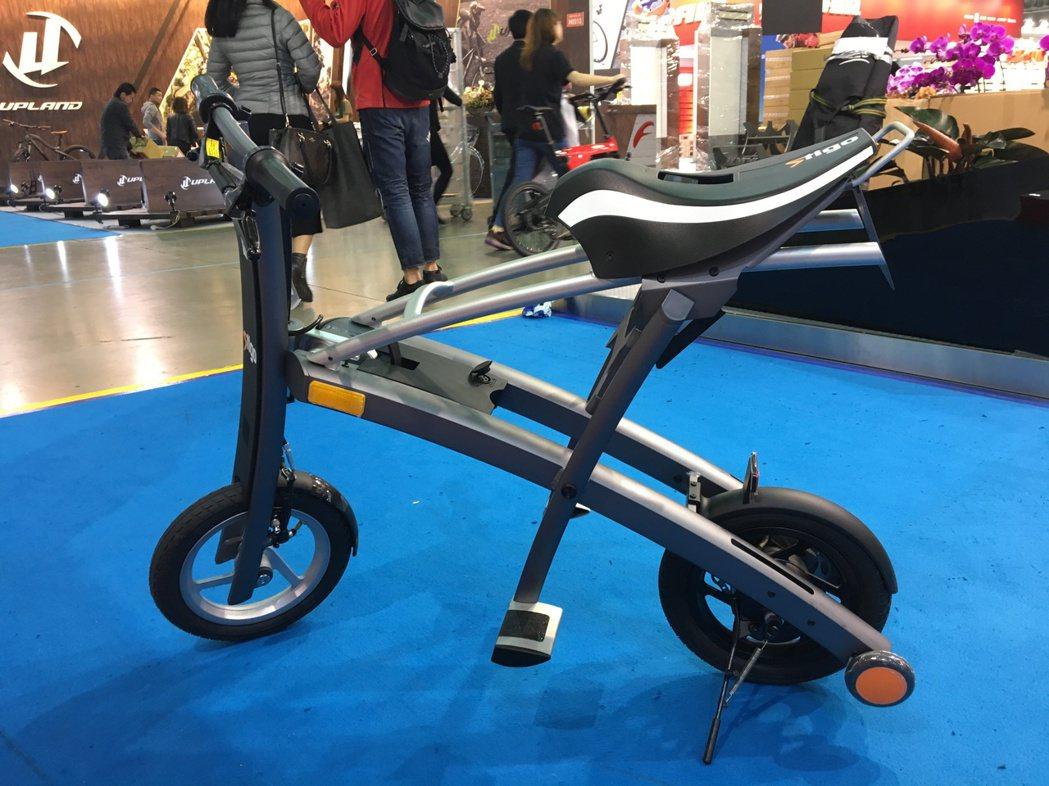 一般電動自行車電池都很大,常被車友戲稱為「長了一顆瘤在車子上」,但是Stigo外...