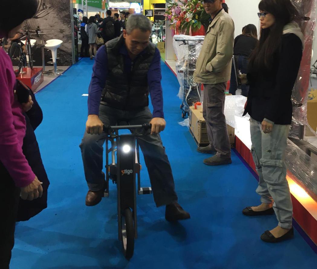 民眾體驗純電自行車。記者高詩琴/攝影
