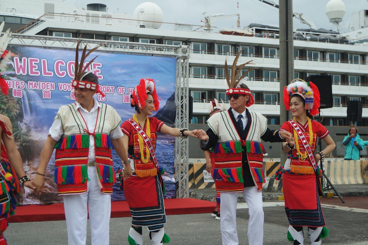雙遊輪船長體驗阿美族舞蹈文化,跟著舞者一起跳舞。記者王思慧/攝影