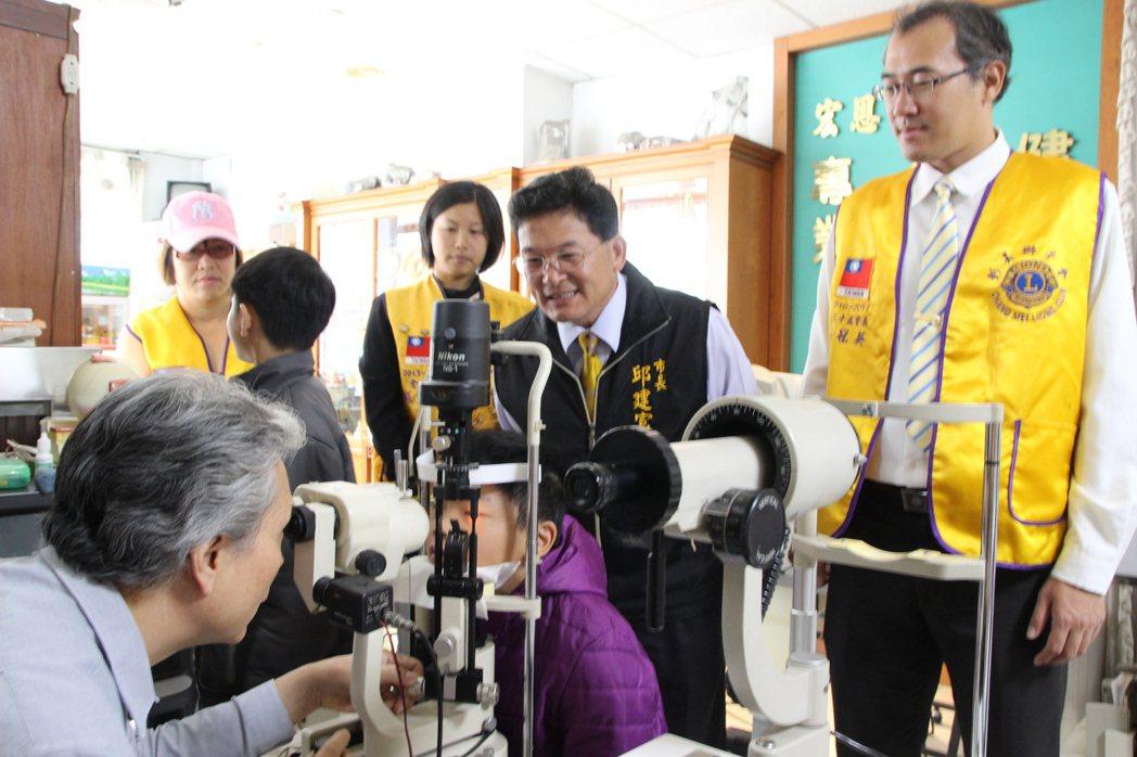 宏恩眼鏡老闆陳孫武為弱勢學生檢查視力,免費為他們配眼鏡。記者林敬家/攝影