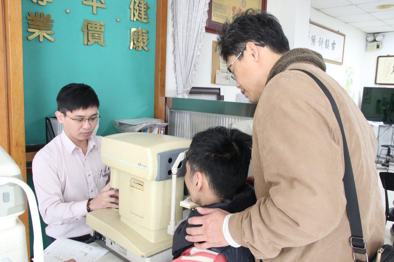 慈愛教養院學生今天到彰化市宏恩眼鏡免費配眼鏡。記者林敬家/攝影