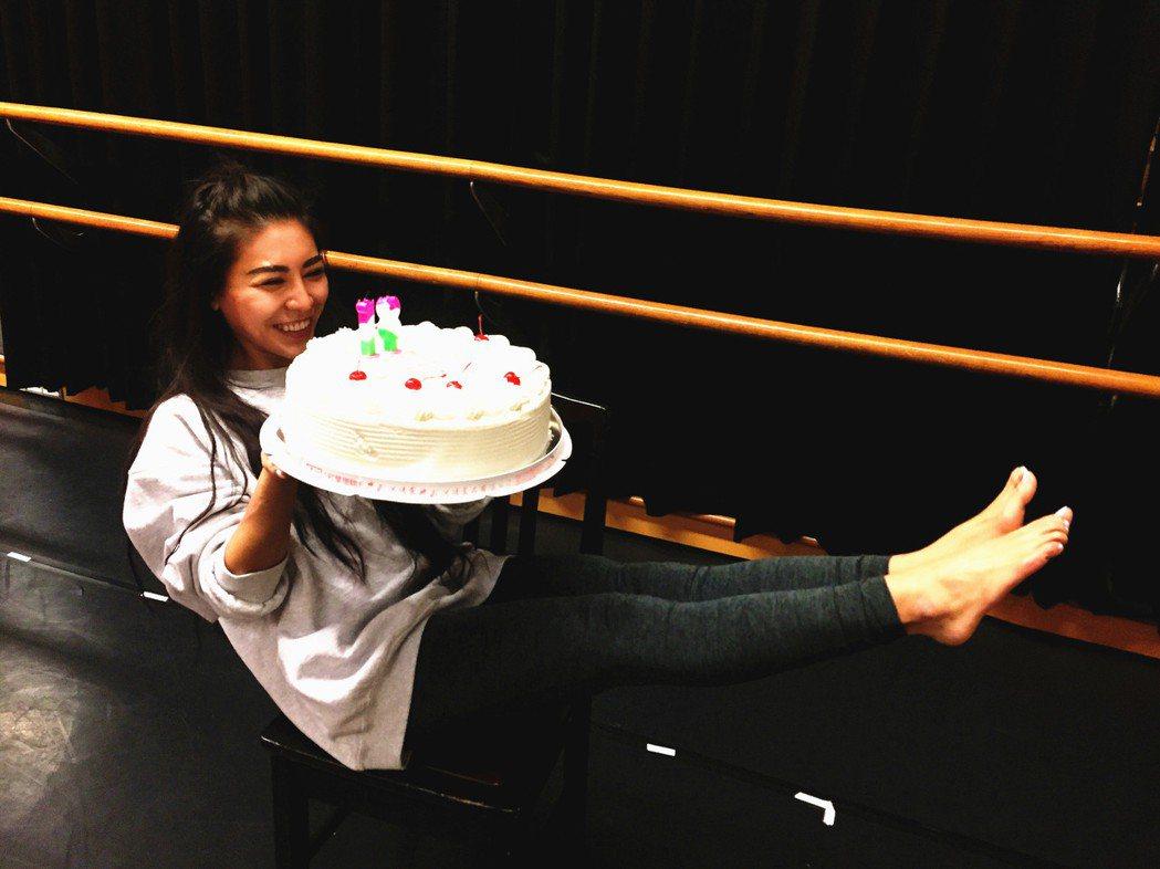 艾怡良24日歡慶30歲生日,搞笑擺這個高難度姿勢。圖/索尼提供
