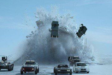 「玩命關頭8」導演蓋瑞葛雷初次加入已經有15年歷史的「玩命家族」,他說這次要把動作片提升到另一個全新的領域,「科技當然在進步,但是特技也會因此更加驚險!」片中有大量超乎想像的飛車特技場面,比如從天而...