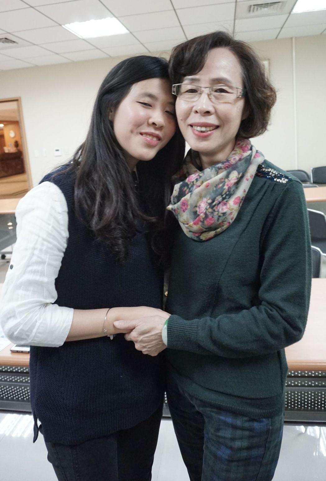 李姓婦人(右)紅著眼眶抱女兒說「當媽媽的感覺真的很好!」記者趙容萱/攝影