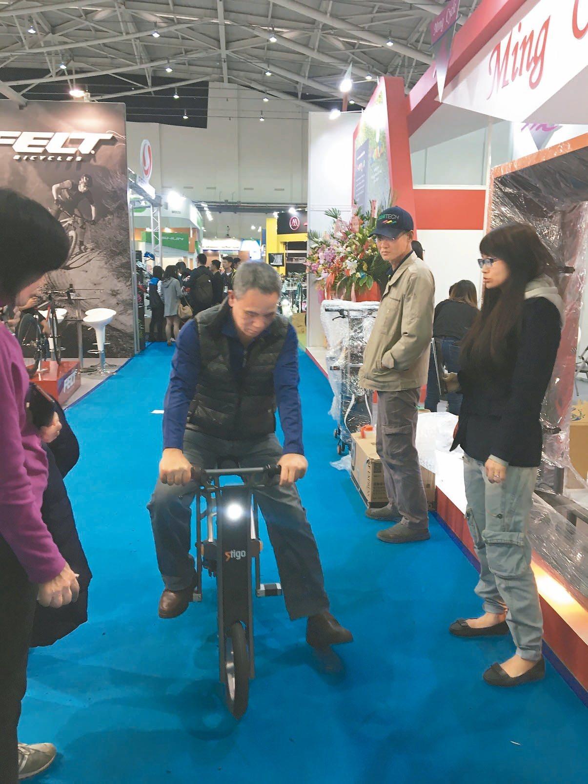 台北國際自行車展昨天閉幕,民眾體驗純電自行車。 記者高詩琴/攝影