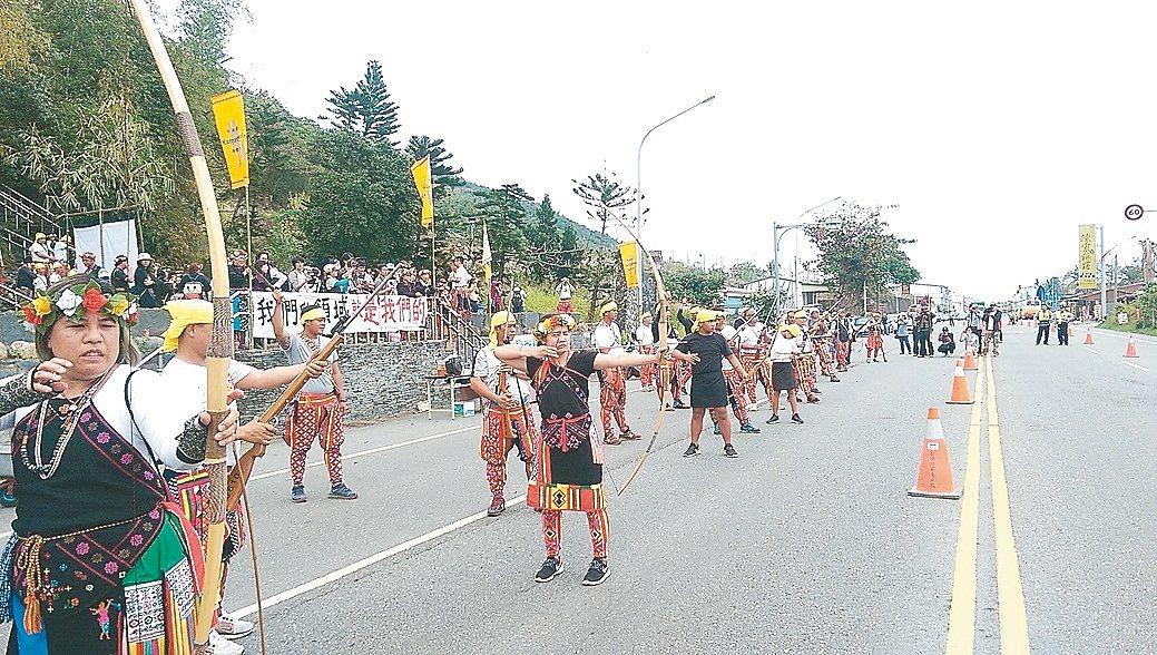 台東知本卑南族卡大地布部落在三和發祥地祭祖,宣告傳統領域,族人在省道公路上鳴槍、...
