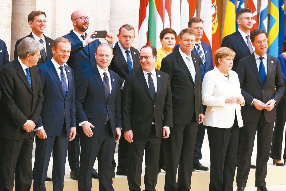 歐盟成員國領袖在羅馬條約六十周年峰會大合照。 路透