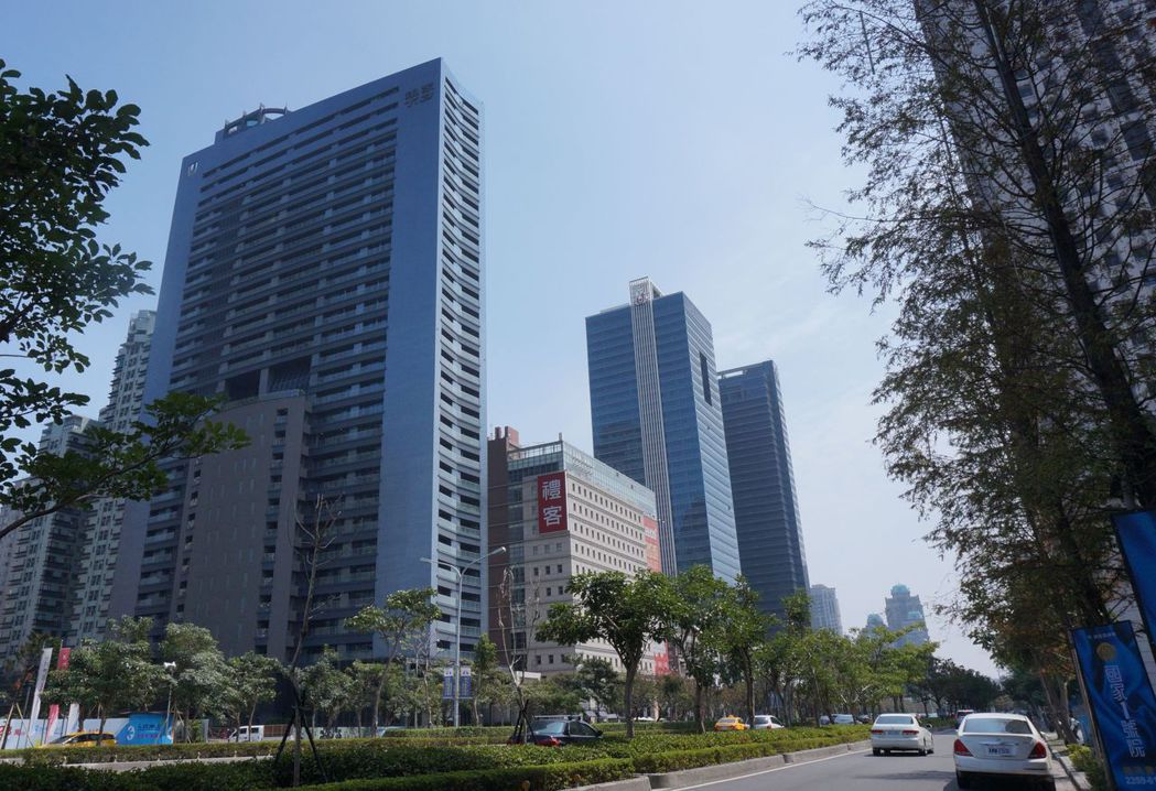 高層建築依法需通過環評,台中市都發局行文建議環保署取消,房地業者表示,「能鬆綁最...