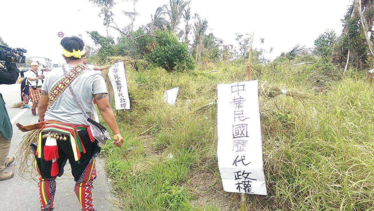 族人把象徵中華民國歷代政權的稻草人消滅焚燒。 記者尤聰光/攝影