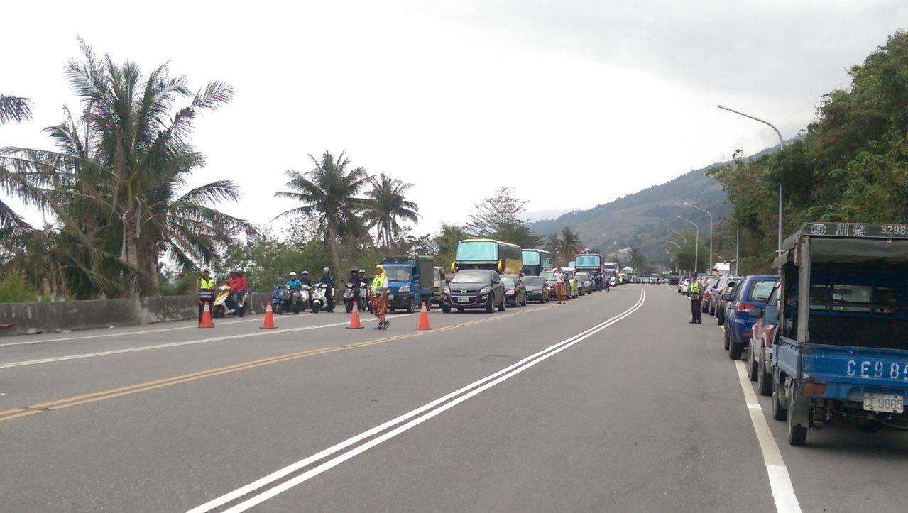 卡大地布部落省道公路辦活動,南北雙向車道管制。 記者尤聰光/攝影