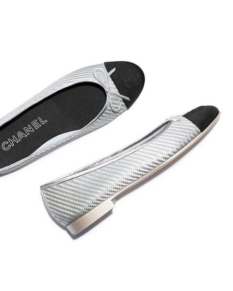 銀色PVC黑色羅緞鞋頭雙色芭蕾舞鞋,19,300元。圖/香奈兒提供