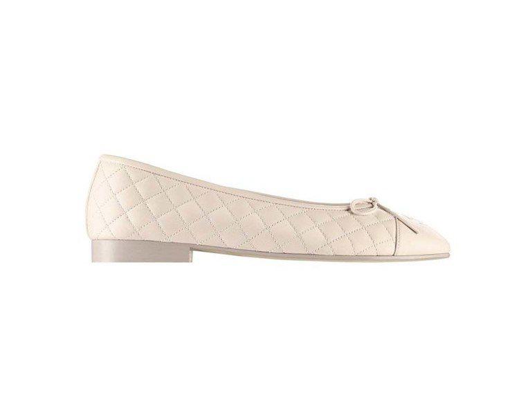 淺米色菱格紋皮革芭蕾舞鞋,20,100元。圖/香奈兒提供