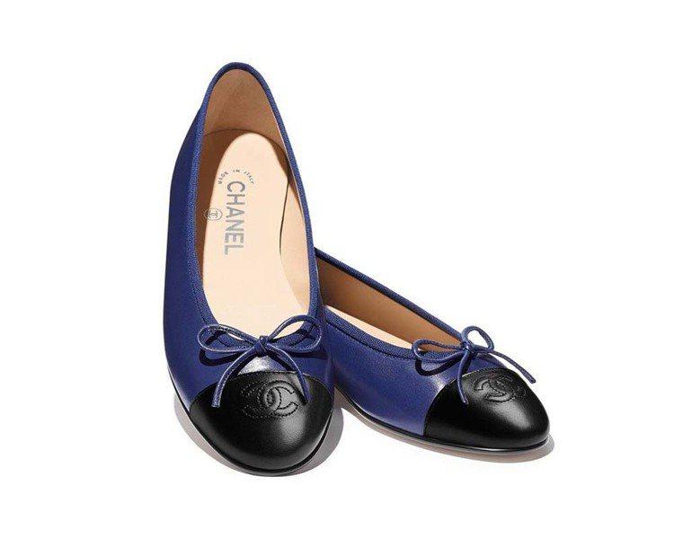 海軍藍小羊皮雙色芭蕾舞鞋,20,600元。圖/香奈兒提供