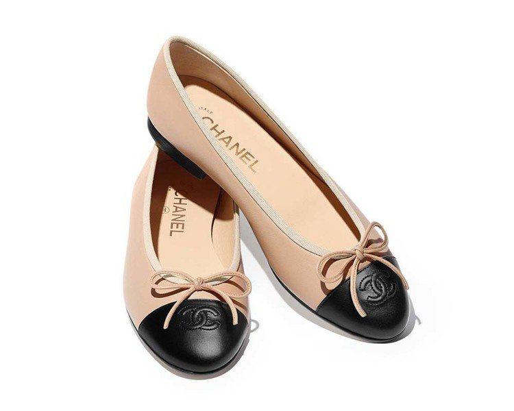 米色小羊皮雙色芭蕾舞鞋,20,600元。圖/香奈兒提供