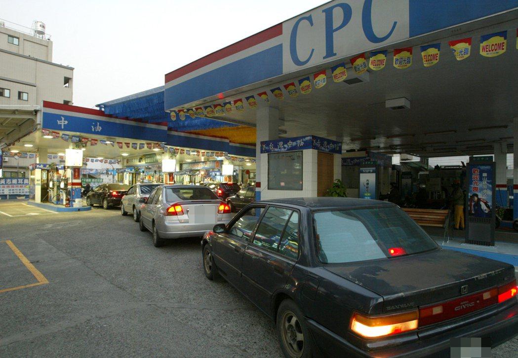 油價漲價前一天,加油站前總是大排長龍。 記者劉學聖/攝影