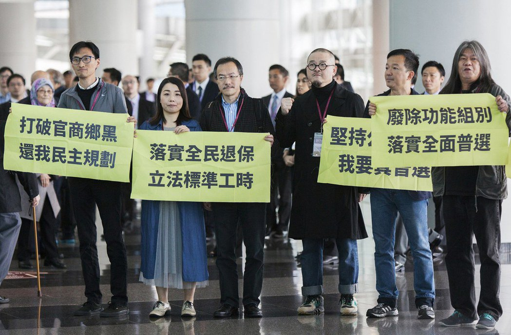 即使場外抗議聲不斷,林鄭月娥成為香港第一位女特首,必將歷史留名。 (歐新社)