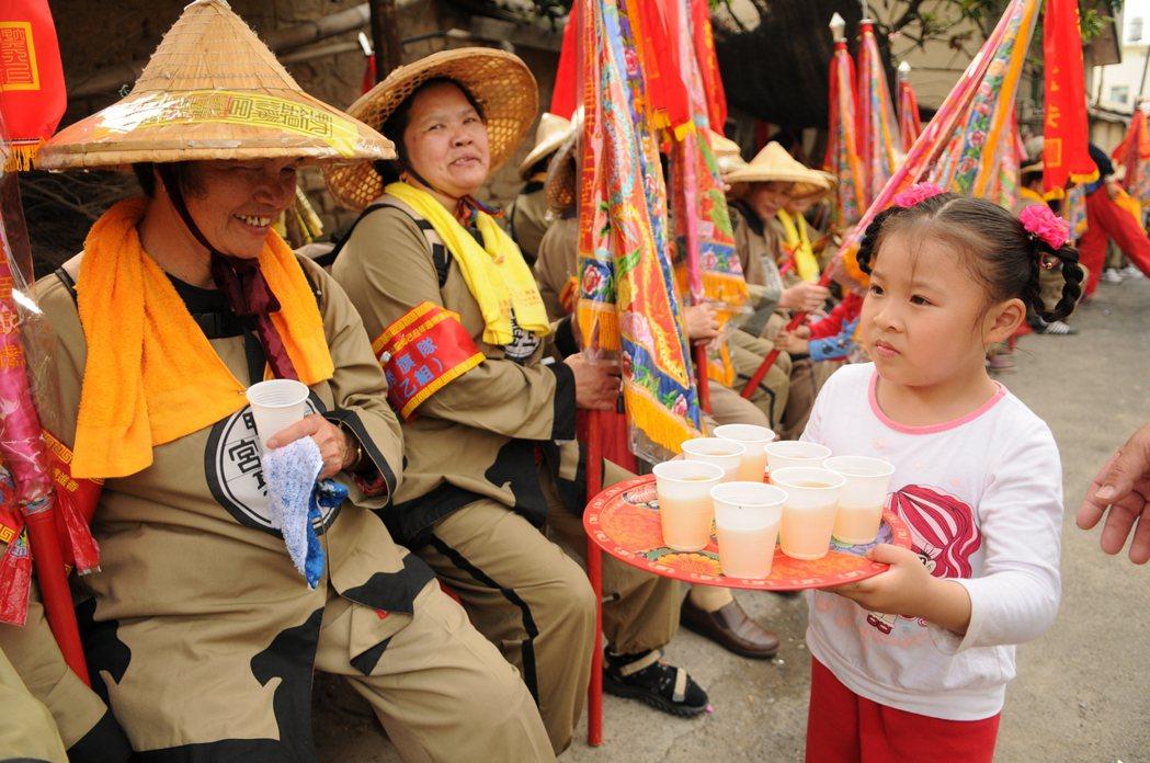 小朋友奉茶請大甲媽的先遣部隊喝。 記者陳秋雲/攝影