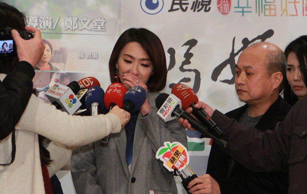 侯怡君為「人妖說」淚崩道歉,旁為導演鄭文堂。記者陳慧貞/攝影