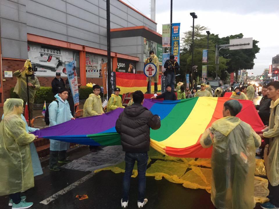 挺同團體在彰化員林張起彩虹旗接駕。圖/翻攝自婚姻平權大平台臉書