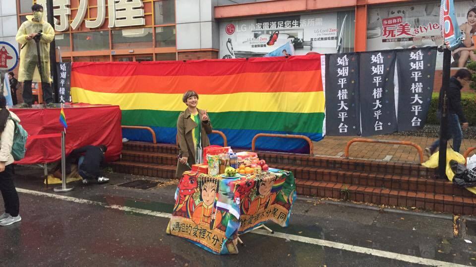 同志團體備彩虹旗接駕 大甲媽祖鑾轎停駕了